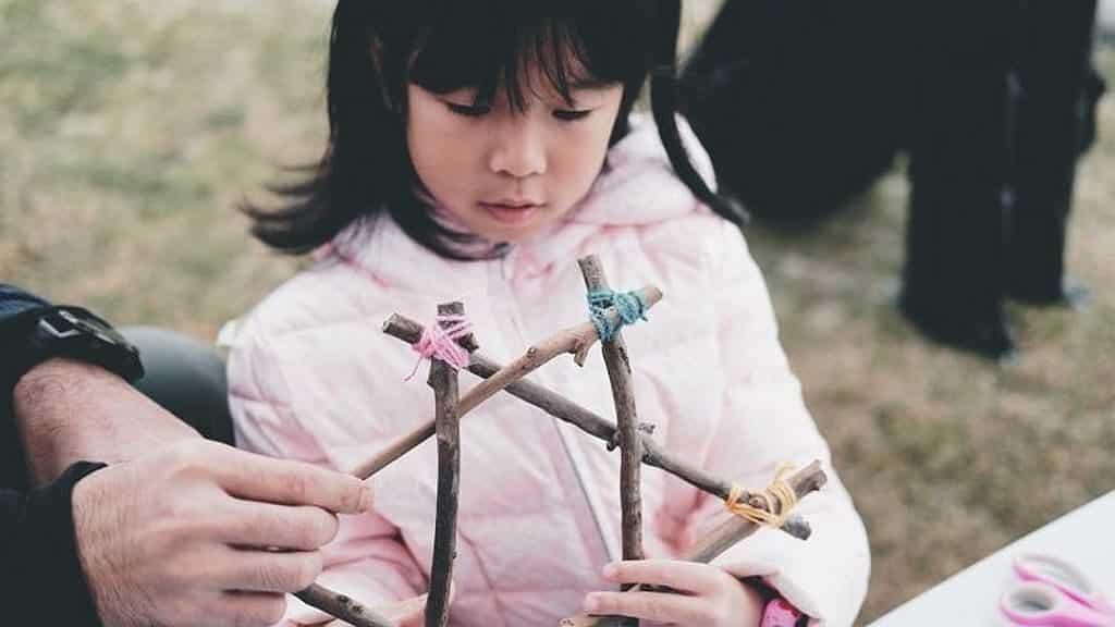 德福廣場孩子市集-GreenLation—小檔主|魚子醬 (6歲):教授大家用木頭、樹枝等自然素材進行環保升級,製成獨一無二的可愛機械人、掛飾、頸鏈與匙扣。