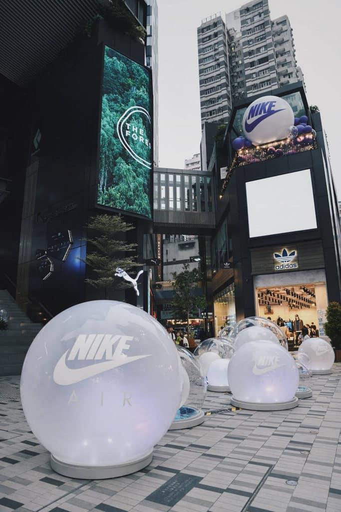 THE FOREST商場:Nike Air Max Day裝置及展覽 旺角 The Forest 商場地下露天廣場放置了巨型 Nike 氣球。