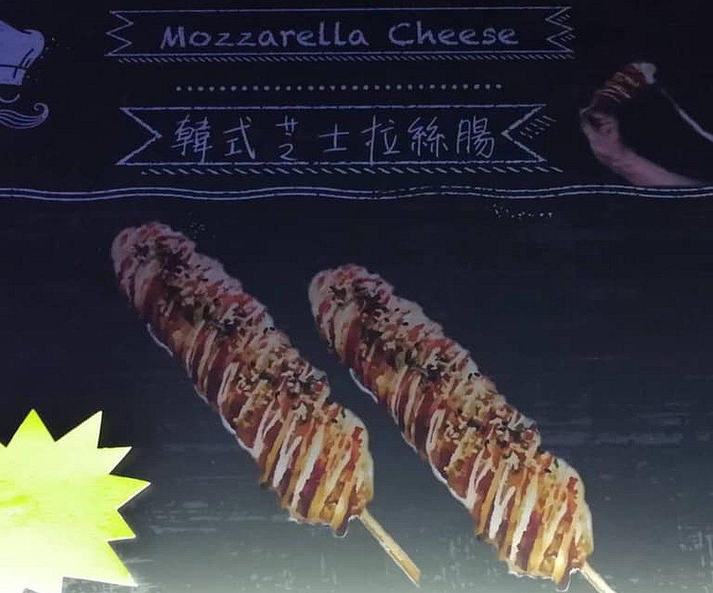 青衣戲棚美食攤檔除傳統小食外,也販賣新式美食,如韓式芝士拉絲腸、玉子燒、梳乎厘班戟等。