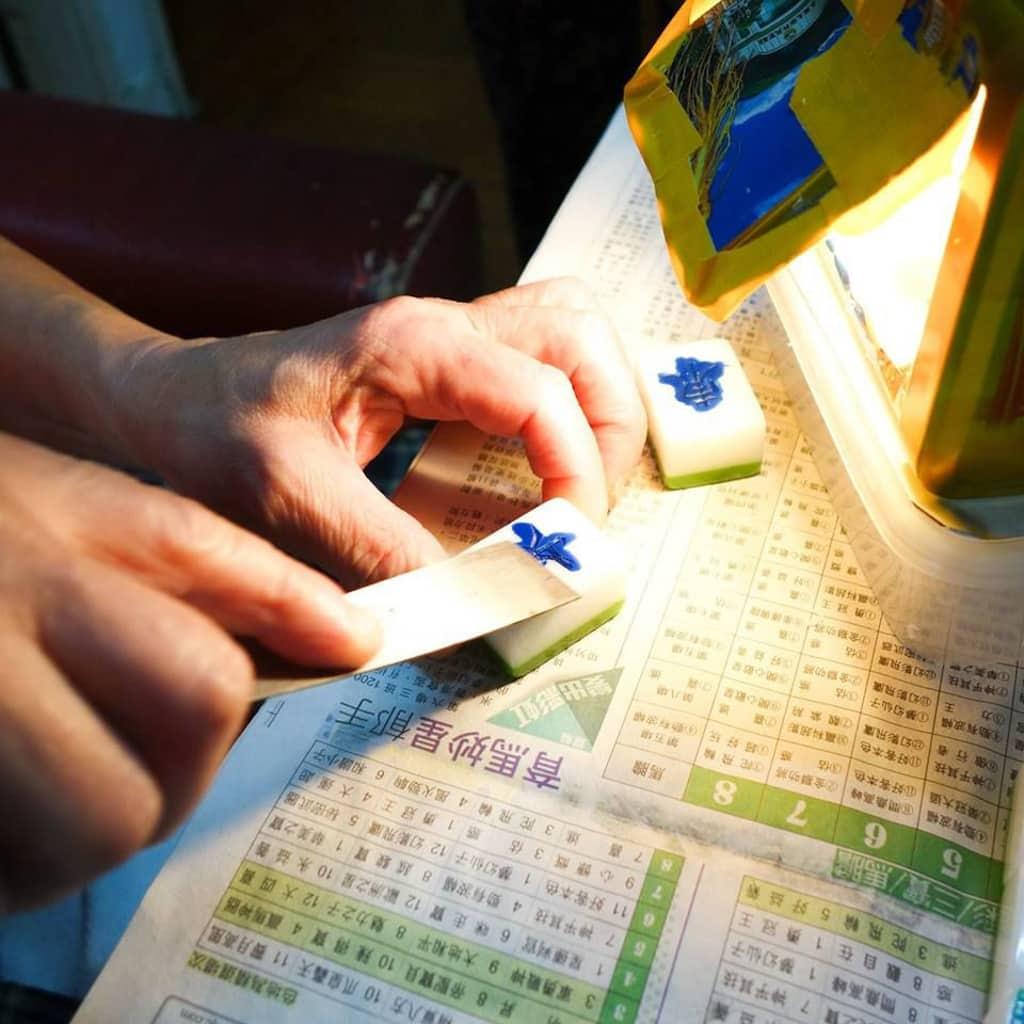 PMQ展覽|不一樣的探索:九龍城x阿魯巴 觀眾可以近距離欣賞傳統的手雕麻雀工具。