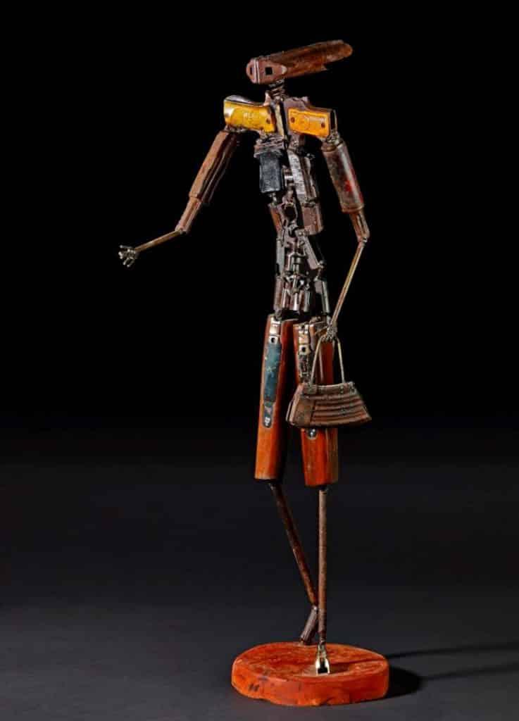 沙田文化博物館:百物看世界─大英博物館藏品展 菲爾‧多斯‧桑托斯的《母親》 2011年 金屬、塑料、骨和木頭 莫桑比克馬普托