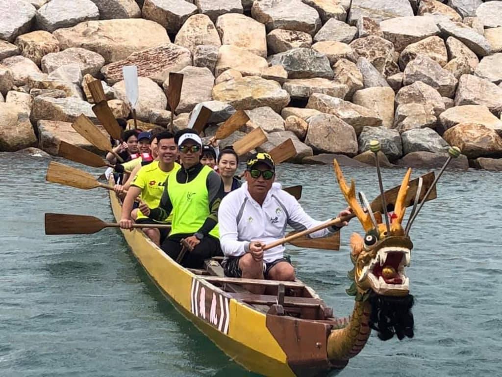 香港仔海濱:私家龍同樂日2019 教練講解私家龍木龍舟的特色划法。