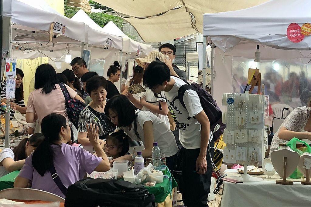 長洲市集上有各式手作飾物販售。