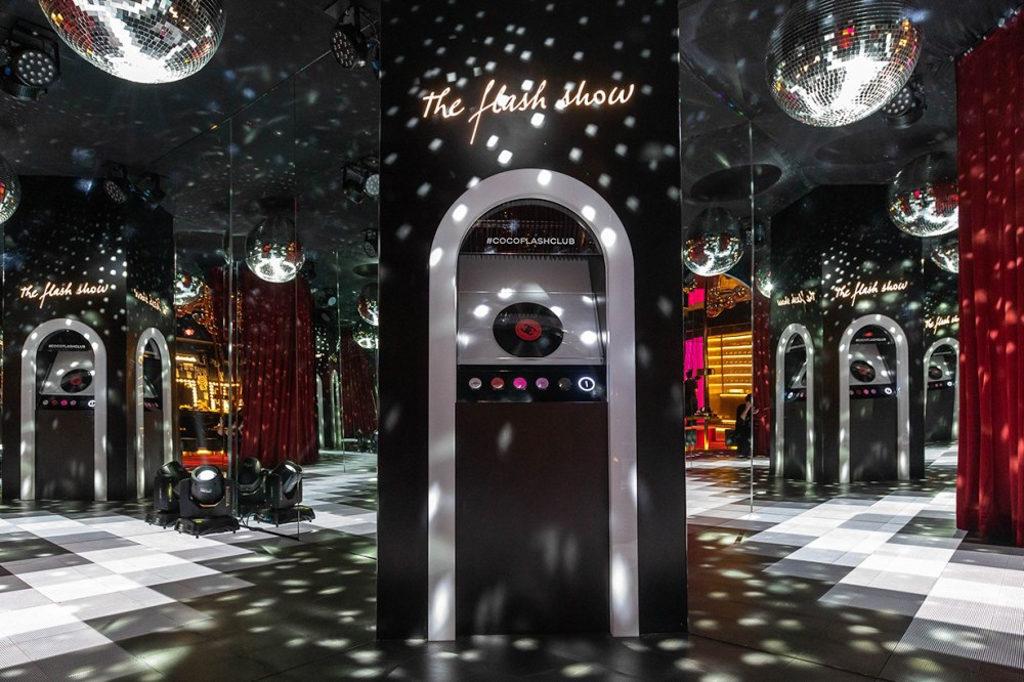 Fashion Walk:CHANEL Coco Flash Club期間限定店 Coco Flash Club 正門設計成復古唱片店。