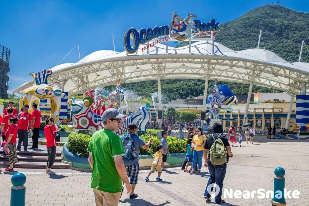 海洋公園萬豪酒店套票優惠包含酒店住宿、海洋公園 2 大 1 小門票、全項海洋公園特快通行證、以及免費泊車。