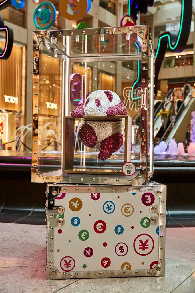 "Landmark置地:HAHA PANDA ""Harmony in Play"" 香港首展 熊貓則代表著中國傳統價值「仁」,為中國傳統文化中溫順及和平的象徵。"
