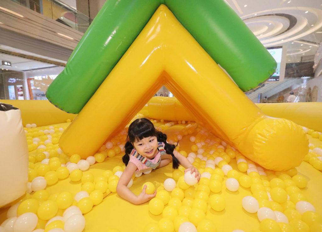 將軍澳中心:充電寶寶夏日充氣玩樂園巨蛋型波波池 「活力三角滑梯」大考驗