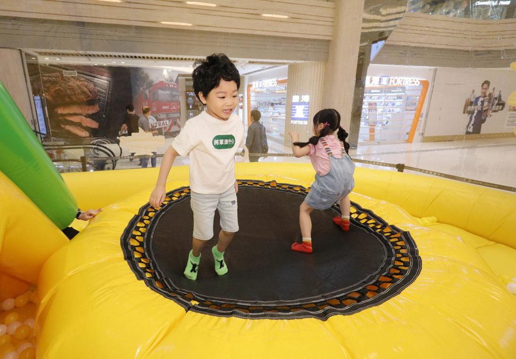 將軍澳中心:充電寶寶夏日充氣玩樂園巨蛋型波波池 威力彈彈床