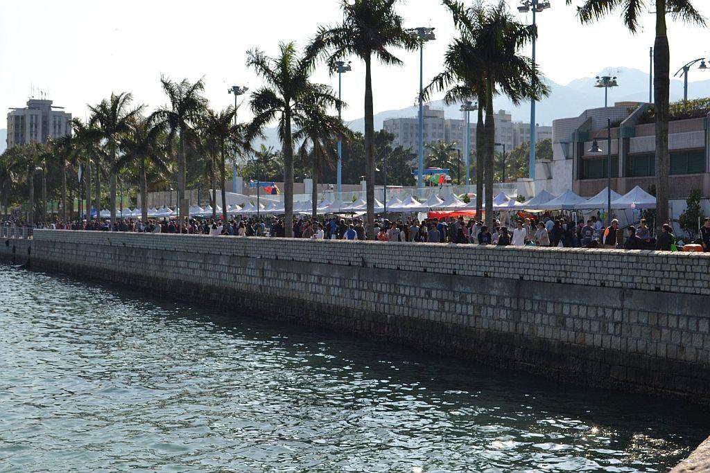 大家可在西貢海濱長廊上一邊看海景、一邊逛市集。