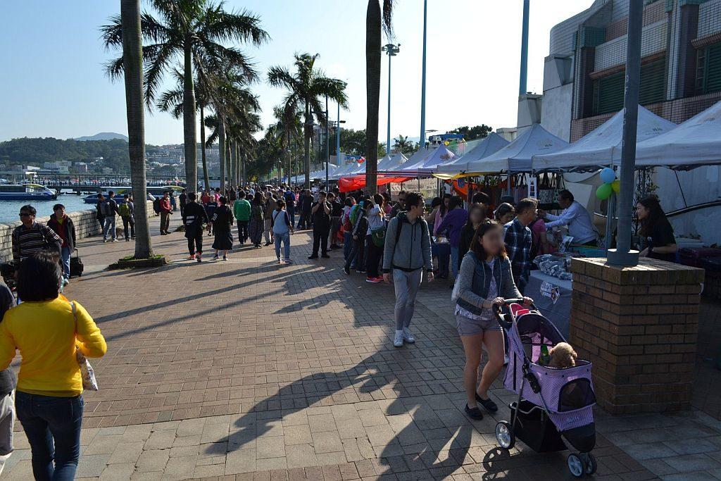 西貢海濱長廊上將集結約 40 個本土特色攤檔,販售各式各樣的手工藝品。