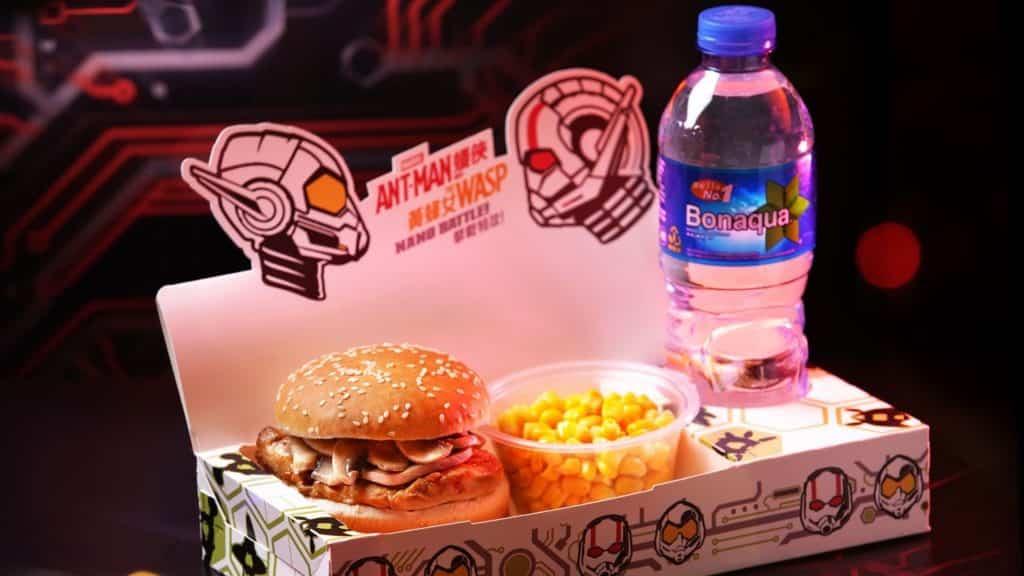 香港市民以正價購買一張香港迪士尼一日標準門票與一張小童門票,即可免費獲贈樂園美食套餐及兒童套餐各一份。