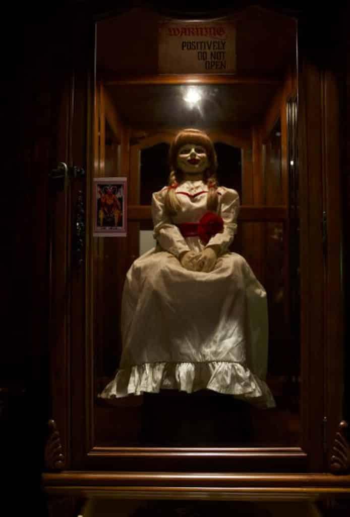 iSQUARE展覽:華倫夫婦仿真靈異博物館@UA戲院 安娜貝爾被存放在經典的玻璃櫃。