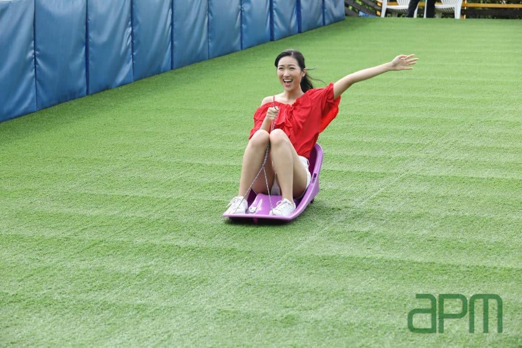 apm活動:夏日動感Super Fun室內大自然遊樂場 室內滑草場設有 3 條 5 米長的滑草道。