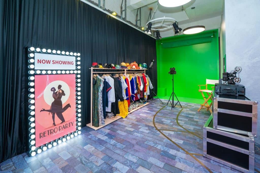 黃大仙中心:穿越銀幕·秒變主角活動 顧客可現場借用相應服裝,於綠幕中親身演繹愛情故事。