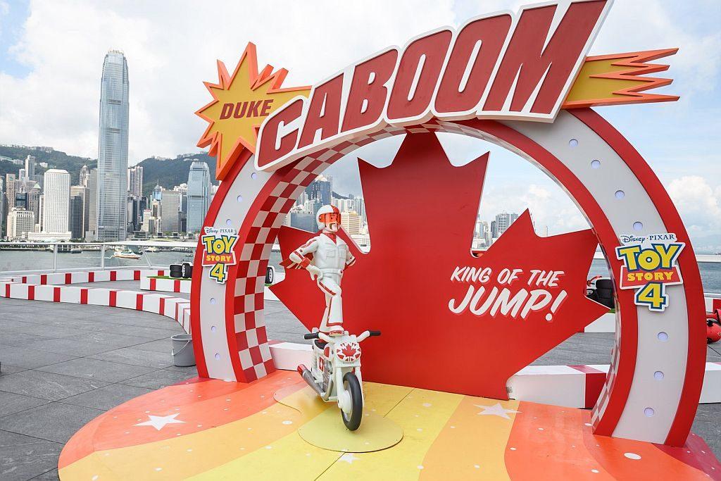 《反斗奇兵4》新角色勁爆公爵(Duke Caboom)踏著電單車登場。