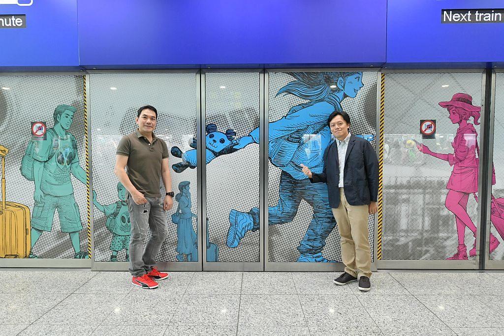 藝術、文化與音樂巡禮在機場2019-香港漫畫家姜智傑和司徒劍僑在旅客捷運系統的月台幕門上,描繪機場的人生百態。