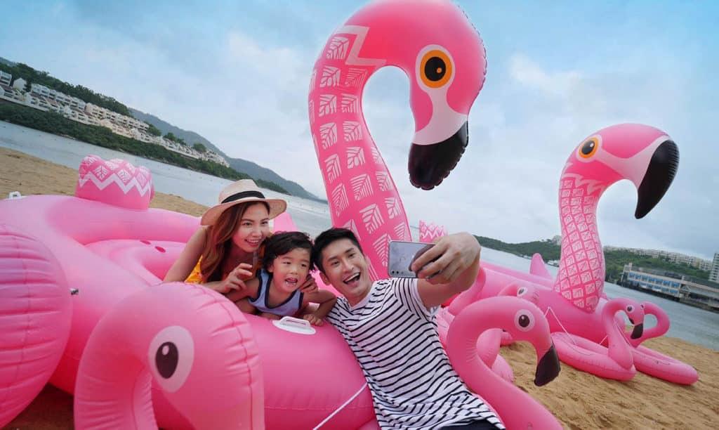 愉景灣夏日滿FUN 海灘豎立大大小小多隻充氣紅鶴,成為夏日打卡熱點。