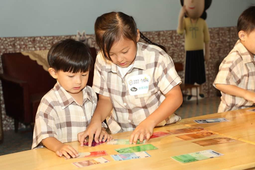 荷里活廣場:「時光倒流打工仔」親子玩學體驗 小朋友可從遊戲中認識香港貨幣。