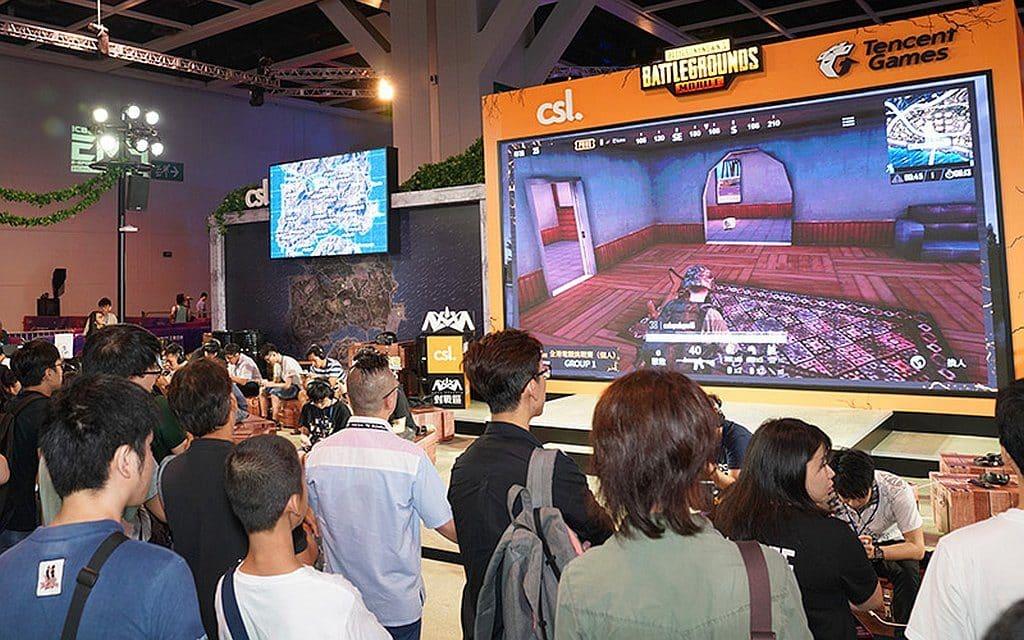 電競音樂節會場內設有大型屏幕播放電競選手的對戰畫面。
