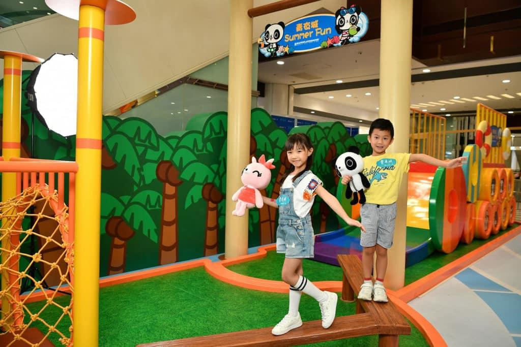"""青衣城:""""Summer Fun""""互動遊戲區 挑戰者需要利用身體平衡力穿越各個障礙。"""