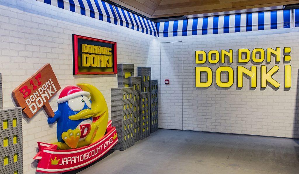 唐吉訶德企鵝在入口處歡迎大家進入驚安の殿堂香港店。