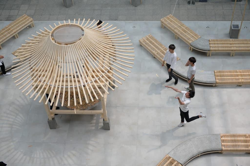 PMQ元創方:蜻亭互動裝置 各人可轉動自己手上的小小竹蜻蜓,待兩翼旋轉時,隨風而動將其送上亭頂的收集器。
