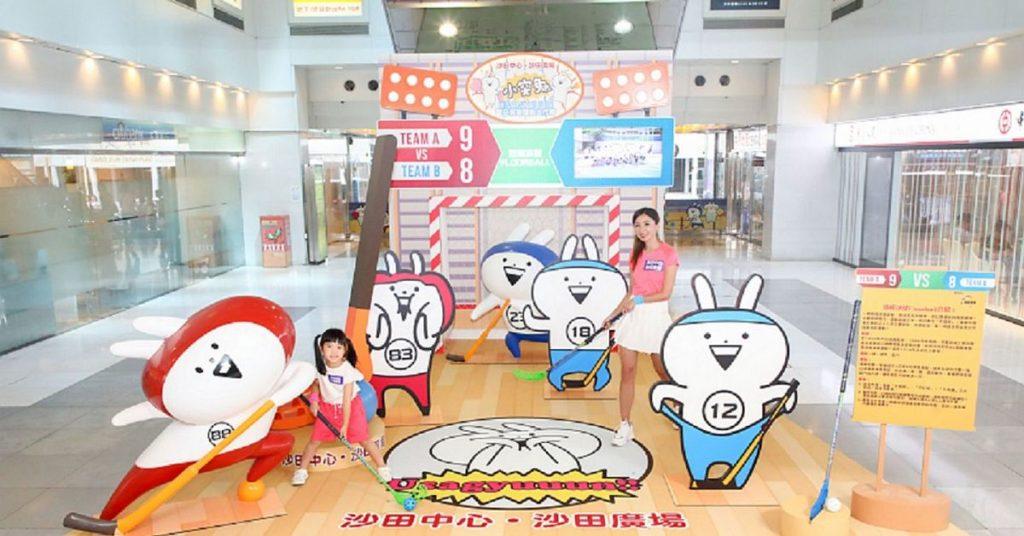 來到沙田廣場,小突兔分成紅、藍兩組,在小型地板冰球場上對戰。
