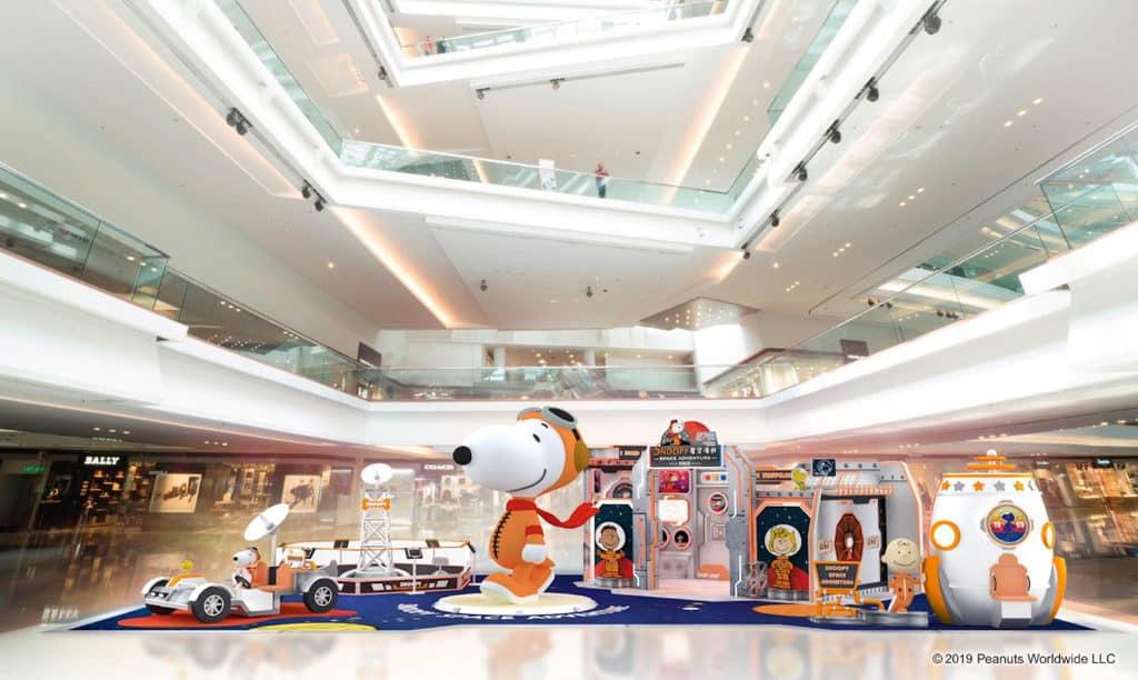 又一城:史諾比·星空漫遊展覽 又一城打造逾 3 米高的巨型3D太空人造型史諾比。