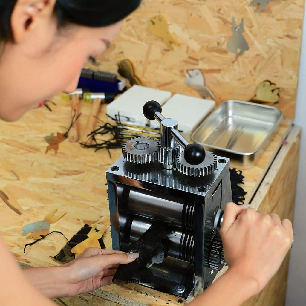 K11 時裝月《FASHION DECODE》:大家只需將織布輕壓在銅片上,即可印上別具特色的布紋,自製時尚名片。