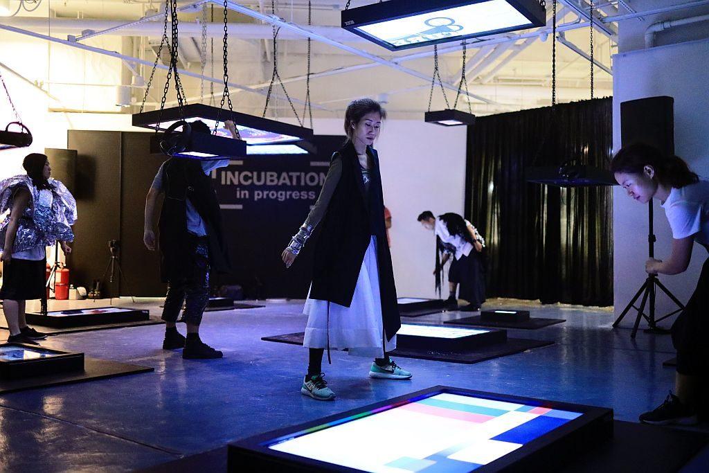 K11 時裝月《FASHION DECODE》:專業舞蹈員會穿上楊展的作品,走到台前演出一場劇力萬鈞的舞蹈。