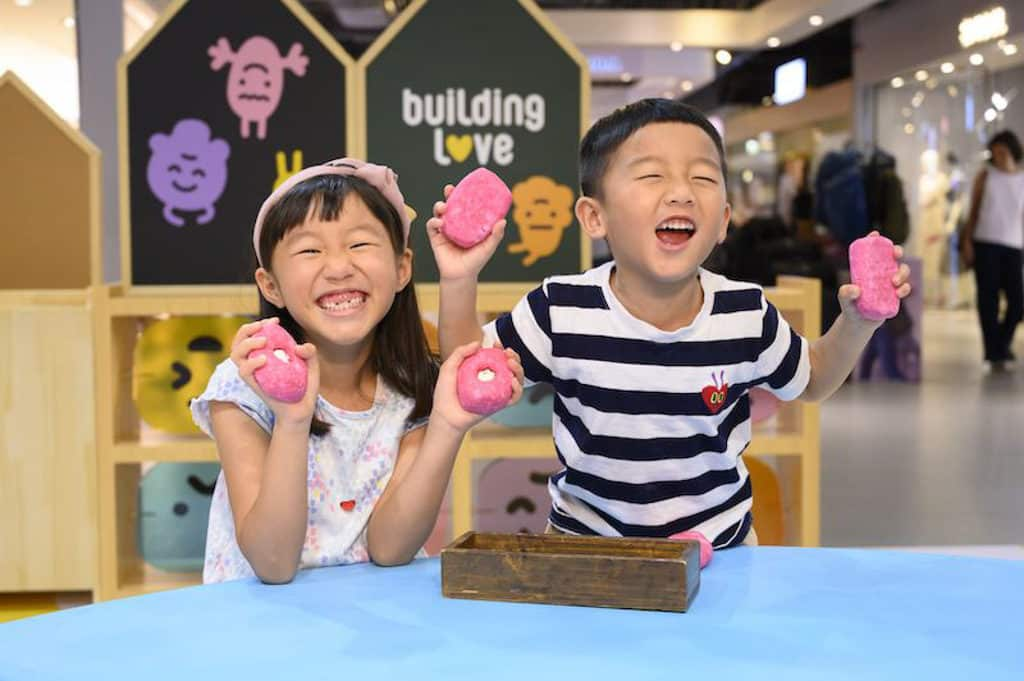 """海港城LCX:""""Building Love"""" 展覽 Lush嵐舒新鮮手製泡泡浴芭親子工作坊"""