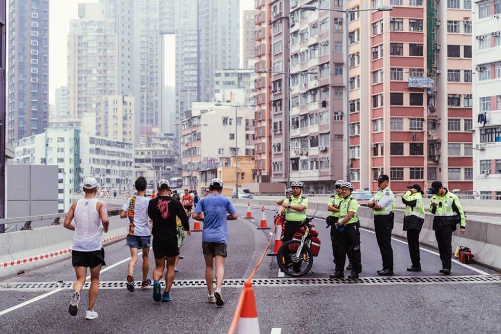 黃道益活絡油香港街馬 2020 香港街馬在高樓大廈兩旁林立的馬路上舉行。