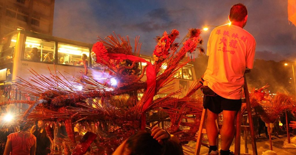 9 月 13 日中秋節晚上,一頭巨型火龍會擺放在薄扶林村村口,讓市民親手於龍身插上線香,祈求身體安康。