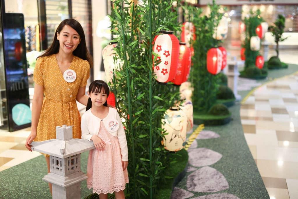 黃大仙中心:「花好燈圓」燈籠裝置 紅白色為主調的日本燈籠則印有櫻花圖案,並配以相應的竹林園景佈置
