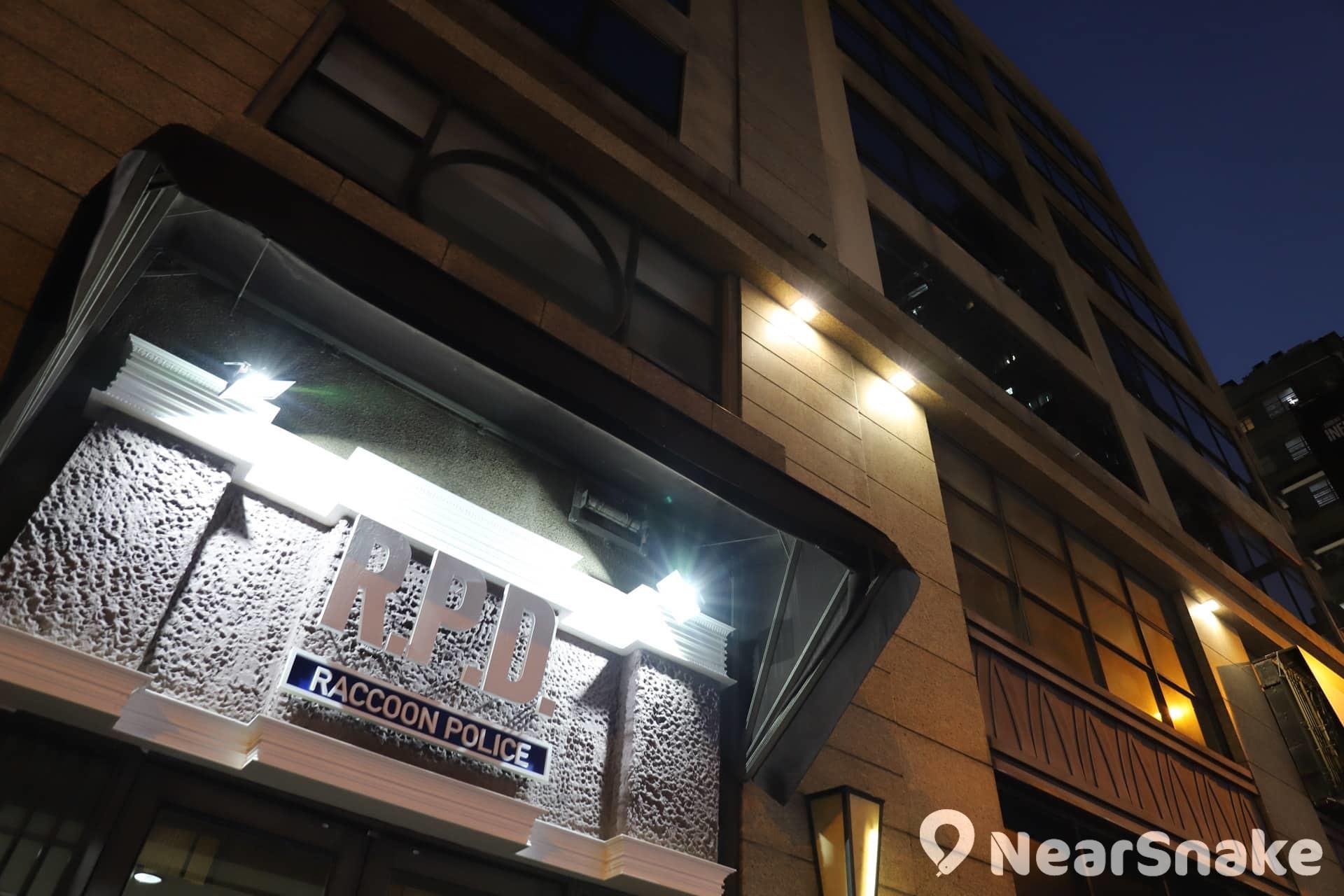 【萬聖節鬼屋2019】《生化危機2》遊戲場景神還原 實景體驗館勾起集體回憶 體驗館所在的大廈門口也換上 R.P.D 警局的標誌。