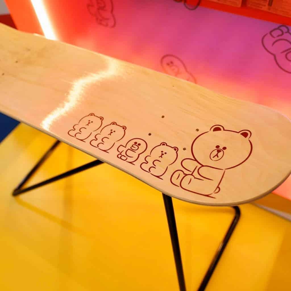 時代廣場:LOG-ON「SALLY的幻想世界」 木製滑板底面都有SALLY與GUMMY BROWN,配上底座變成小茶几。