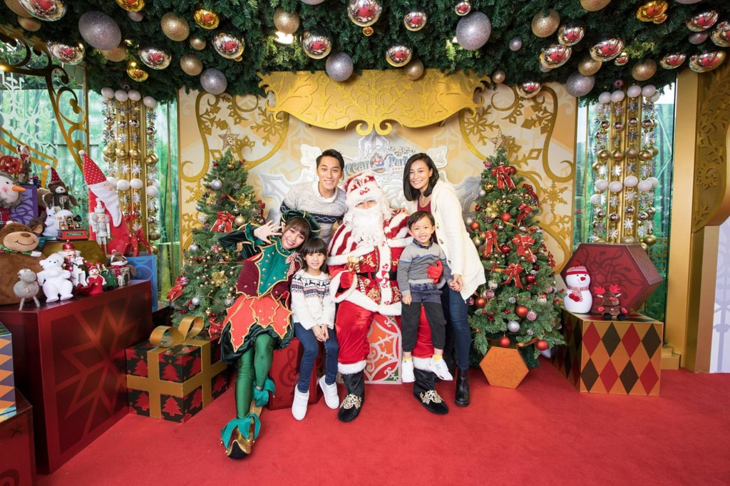 海洋公園聖誕全城 HO HO HO 2019 聖誕老人和小精靈會於「炫彩聖誕小屋」與遊人拍照。