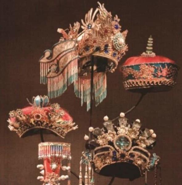 時代廣場:金冠銀冕華麗緣 – 帽飾藝術展+拜年照相館